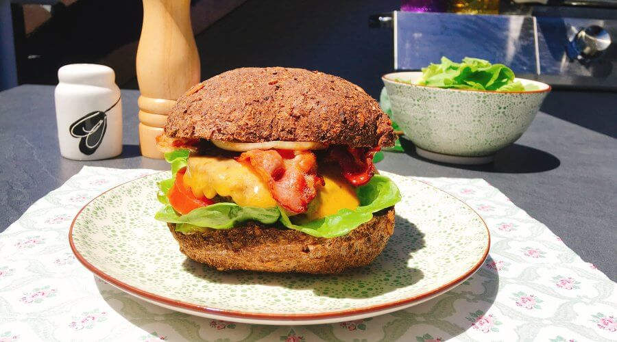 Ein Low Carb Burger mit Bacon