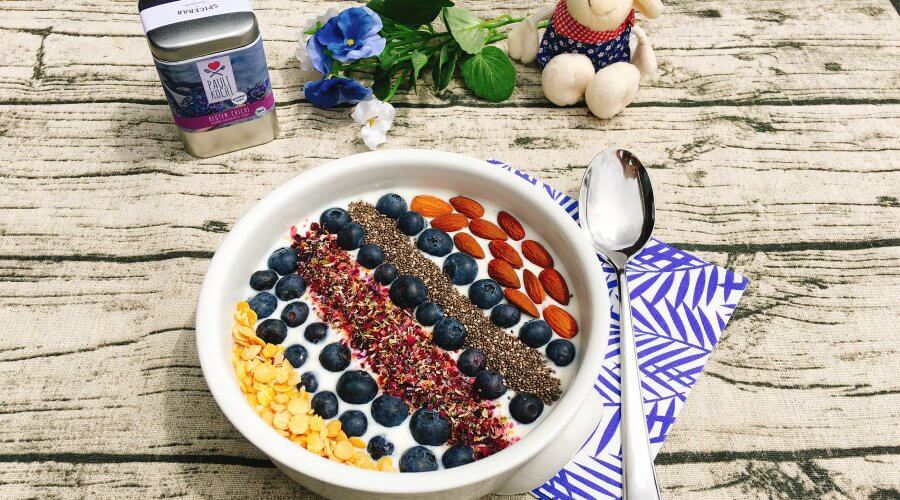 Eine bunte Low Carb Joghurt Bowl
